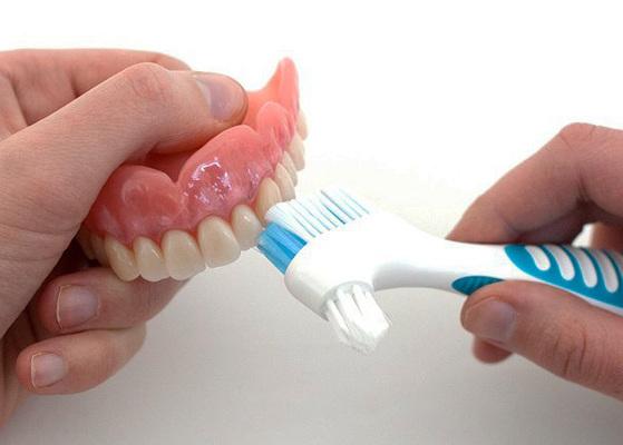 Уход и чистка съемного зубного протеза (акриловые, Акри-Фри, нейлоновые, бюгельные)